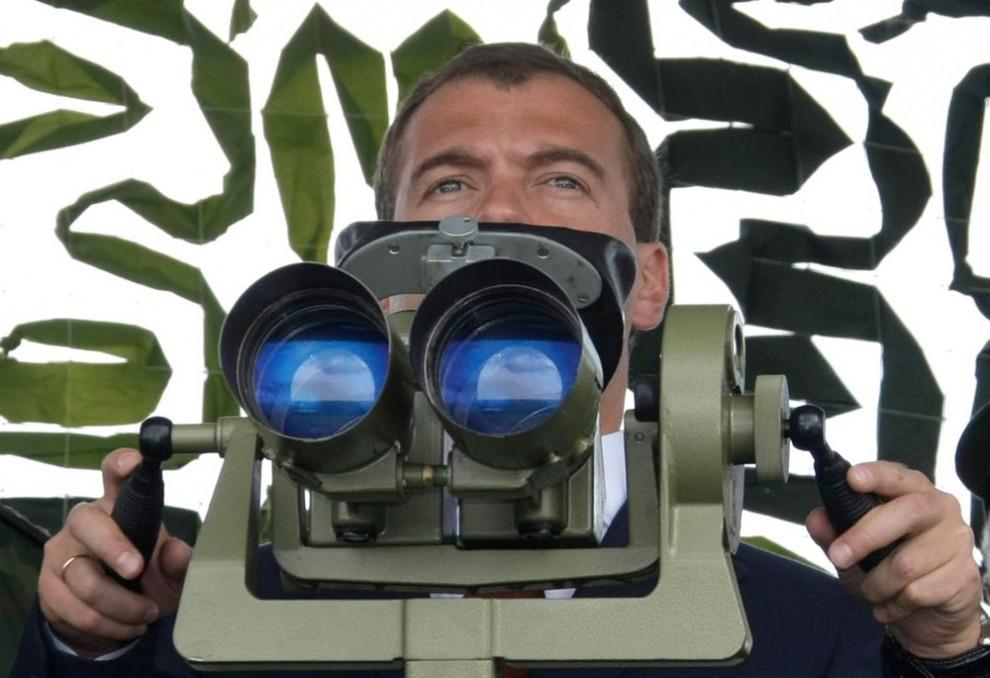 Президент в огромный бинокль следил за стрельбами со специальной трибуны, установленной на командной высоте.