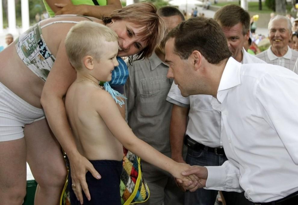Президент России Дмитрий Медведев (справа на первом плане) во время прогулки по набережной Геленджика пообщался с отдыхающими.