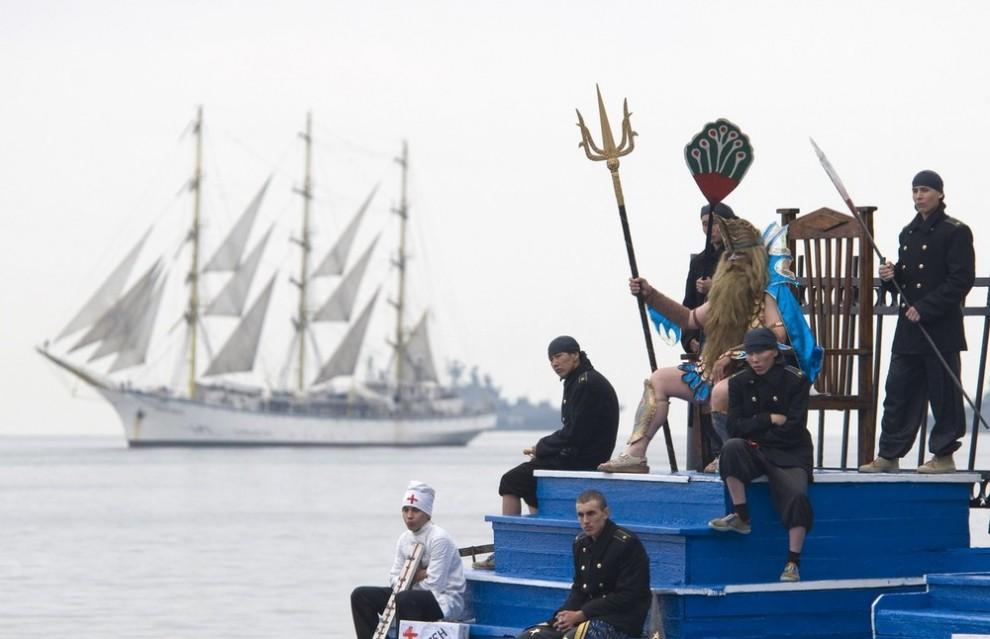 4) Актеры во время генеральной репетиции Дня Нептуна во Владивостоке 24 июля 2009. Во Владивостоке заканчивается подготовка назначенных сил и войск к военно-морскому параду, идут репетиции театрализованного представления. Число его участников составит нескольких сот человек. (REUTERS/Yuri Maltsev)