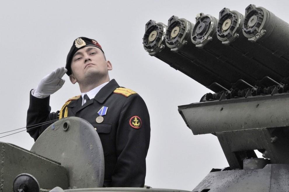 3) Российский матрос во время подготовки к военному параду в честь Дня Военно-морского флота во Владивостоке 24 июля 2009. (REUTERS/Yuri Maltsev)