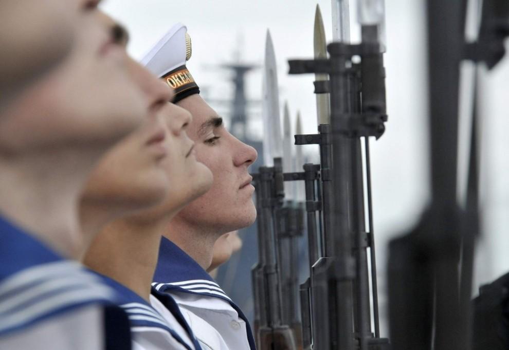 1) Российские моряки готовятся к военному параду в ознаменование Дня Военно-морского флота в российском дальневосточном городе Владивосток 24 июля 2009. ВМФ России отмечает свой профессиональный праздник в воскресенье. (REUTERS/Yuri Maltsev)