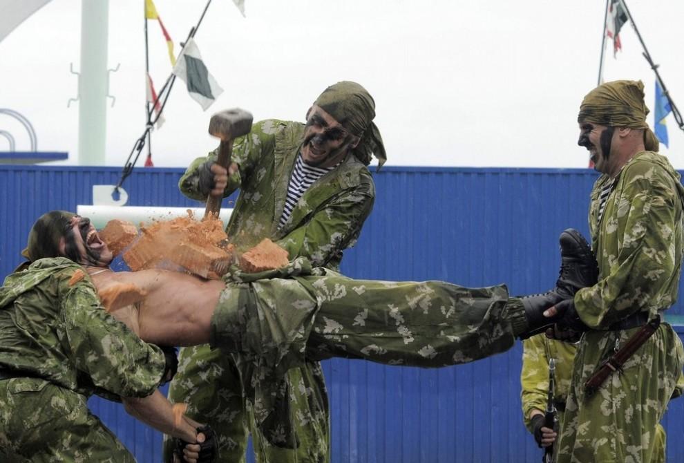 5) Российские солдаты во время генеральной репетиции военного парада в ознаменование Дня Военно-морского флота во Владивостоке 24 июля 2009. (REUTERS/Yuri Maltsev)