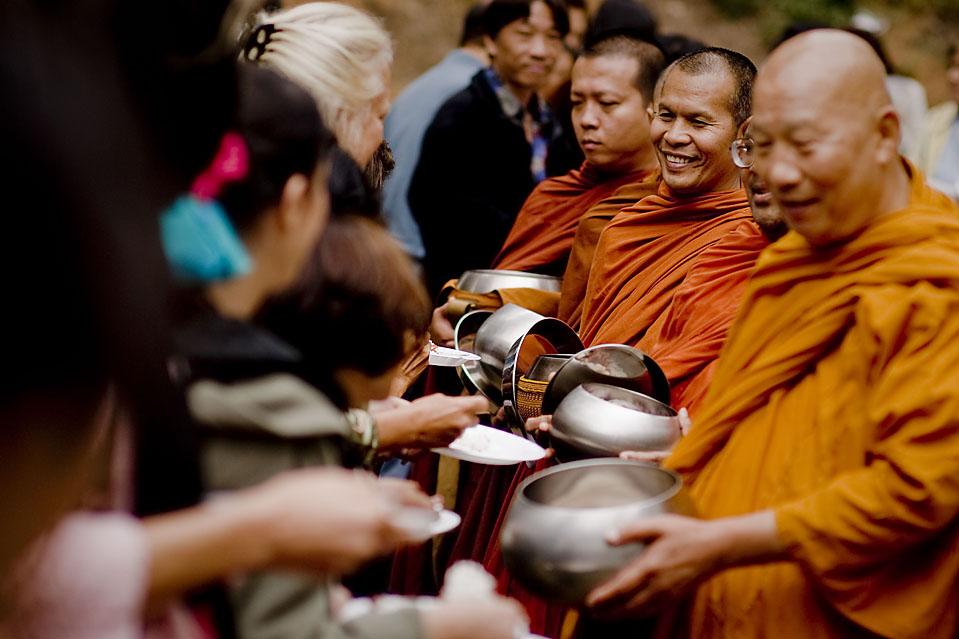 Монах Фра Банфитак Джомтонг, третий справа на этом фото, сделанном в Лос-Анджелесе, приехал в США четыре года назад по религиозной визе и с тех пор посвятил себя служению в процветающей буддийской общине в южной части Калифорнии. (Michal Czerwonka for The Wall Street Journal)