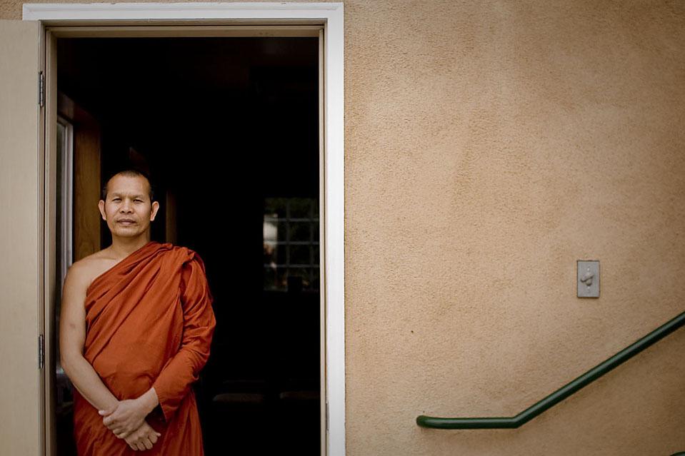 Тайский монах по имени Фра Банфитак Джомтонг (Phra Bunphithak Jomthong) служил в одном из буддийских сообществ Калифорнии, с тех пор, как прибыл из Таиланда четыре года назад. Теперь его хотят депортировать из Штатов за незаконное трудоустройство.