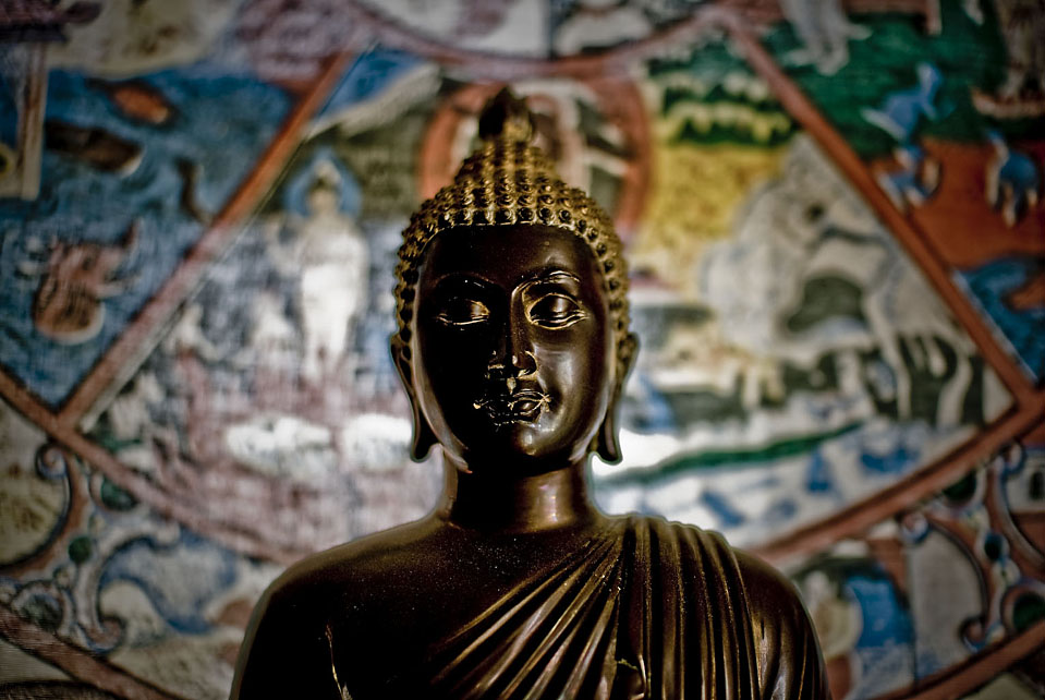 На снимке – статуя Будды внутри храма Помона. (Michal Czerwonka for The Wall Street Journal)