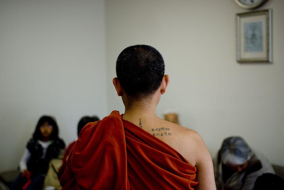 На фото, монах ведет урок в храме. На прошлой неделе, иммиграционная служба отослала Г-н Джомтонгу уведомление явиться в иммиграционный суд для слушания о депортации. (Michal Czerwonka for The Wall Street Journal)