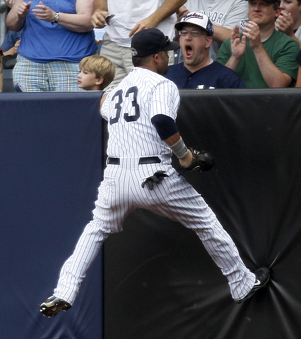 5) Принимающий игрок из команды «New York Yankees» Ник Свишер стоит лицом к лицу с фанатом, после того, как он поймал мяч, пущенный игроком команды «Baltimore Orioles'», Ти Виггинтоном на стадионе Янки в Нью-Йорке. «New York Yankees» выиграли со счетом 6-4. (Kathy Willens/Associated Press)