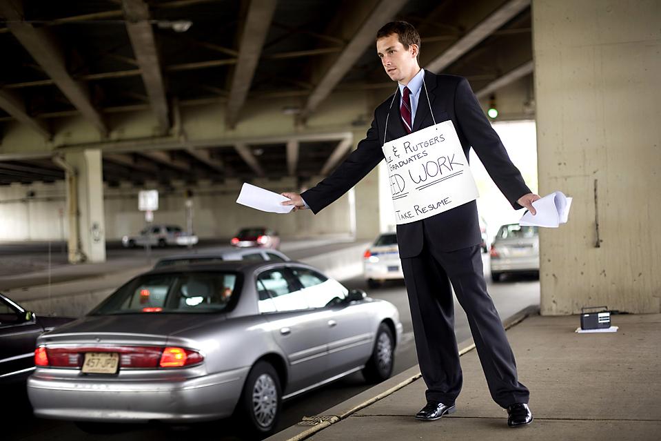 6) Недавний выпускник университета La Salle, Шон Кристман из Вестмонта, штат Нью-Джерси раздает копии своего резюме водителям проезжающих мимо автомобилей в Филадельфии. (Matt Rourke/Associated Press)