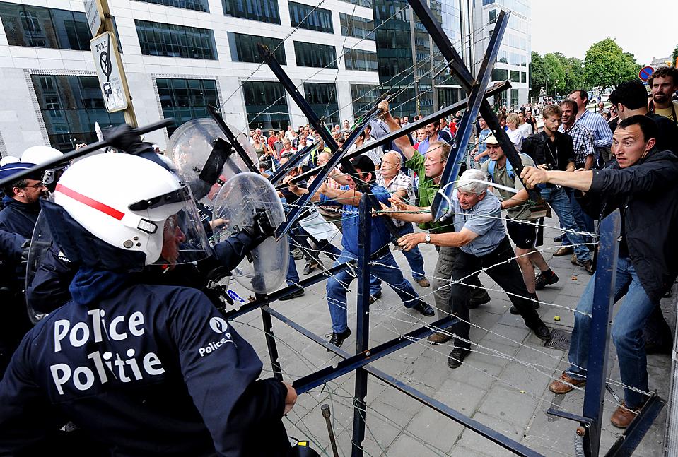 15) Работники молочной промышленности во время столкновений с полицией у штаб-квартире Европейской комиссии в Брюсселе среду. В четверг, Европейский союз согласился помочь стабилизировать падение цен на молоко. (John Thys/Agence France-Presse/Getty Images)