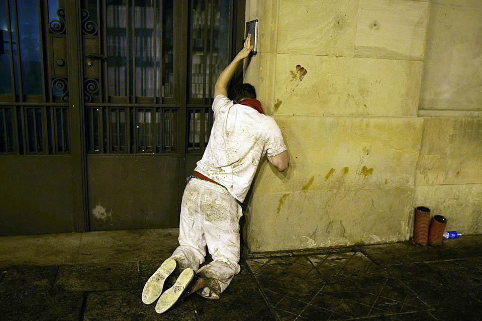 10) Пьяный участник фестиваля пытается войти в здание в первый день праздника Сан-Фермин в Памплоне, рано утром во вторник. (Susana Vera/Reuters)