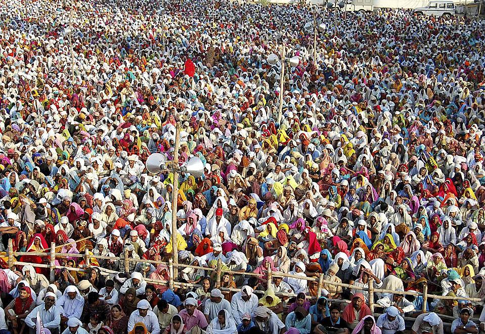 14) Толпа, собравшаяся, чтобы получить благословение Бабы Джай Гурудева, индусского святого, во время ежегодного индуистского фестиваля Гуру Пурнима, в северном индийском городе Матхура. (K.K. Arora/Reuters)