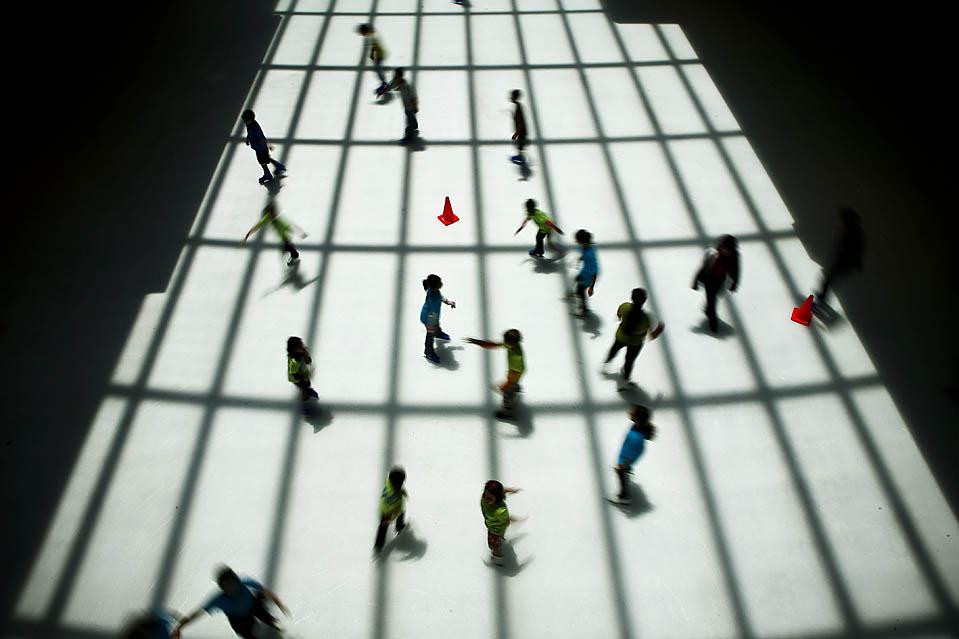 Люди на льду катка в Хьюстонской Полярной галереи. (Michael Paulsen/Houston Chronicle via Associated Press)