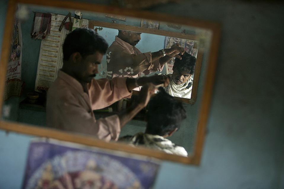 Парикмахерская в индийском городе Лалгарх. (Adeel Halim/Bloomberg News)