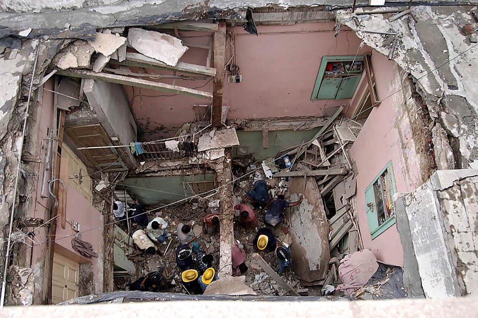 Спасатели в поисках погибших на развалинах здания в индийском городе Ахмедабад. Как сообщает местная пресса, два человека погибли в результате обрушения дома из-за проливного дождя накануне. (Amit Dave/Reuters )
