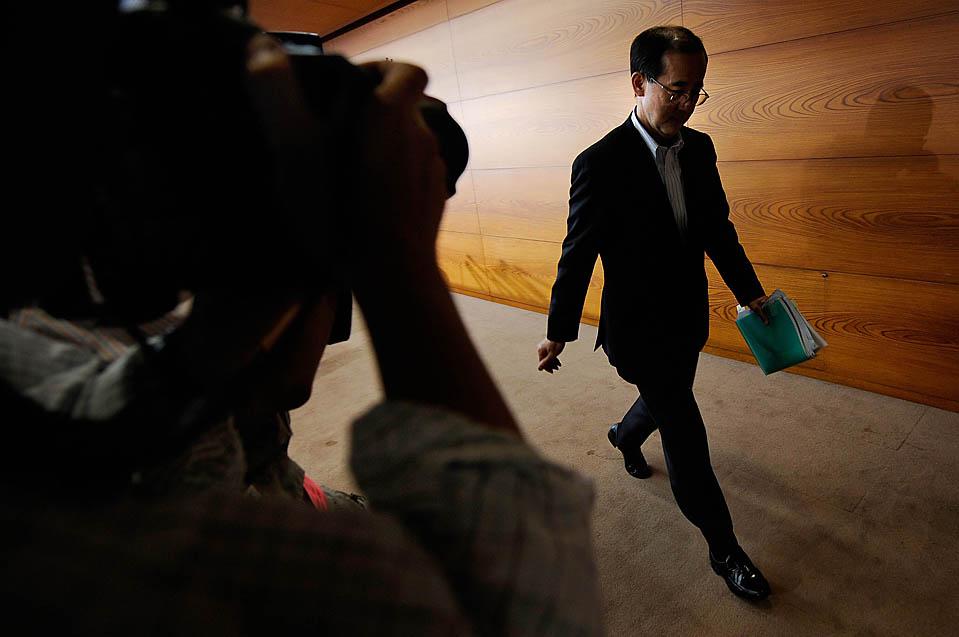 Глава государственного банка Японии Масааки Сиракава после пресс конференции в Токио. Центральный банк Японии на 3 месяца продлил свою антикризисную программу для поддержания кредитования и восстановления экономики. (Toru Yamanaka/Agence France-Presse/Getty Images)