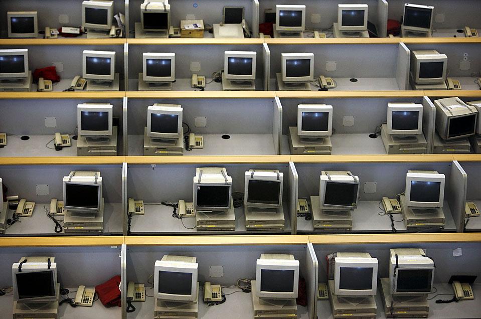 Оставленные компьютерные терминалы на Шанхайской фондовой бирже. Гонконгские акции подскочили на 2,1 % и показали лучший уровень за месяц. (Qilai Shen/Bloomberg News)