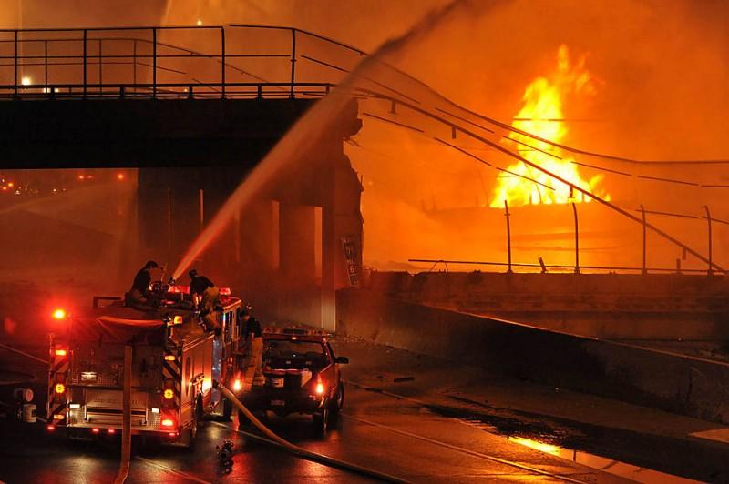 3) Пожарные тушат огонь, причиной которого стал взрыв на танкере-бензовозе в среду, в результате которого рухнула эстакада в Хейзел Парке, штат Мичиган. Пострадавшие в этой аварии получили лишь незначительные травмы. (Ricardo Thomas/The Detroit News/Associated Press)