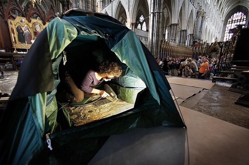 4) Научная сотрудница с помощью лазера очищает от загрязнений мраморную плитку Космати в Вестминстерском аббатстве. Проект по сохранению этого архитектурного объекта продлен еще на один год. Целью проекта является сохранение сложного мозаичного пола, сделанного по заказу Генриха III в 13 веке. (Peter Macdiarmid/Getty Images)
