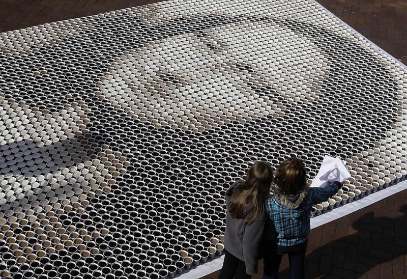 8) Ассистенты художника  рассматривают распечатку цифрового рисунка, который послужил основой для создания гигантского изображения Моны Лизы из 3604 чашек кофе на фестивале Рокс Арома в Сиднее. (Rob Griffith/Associated Press)