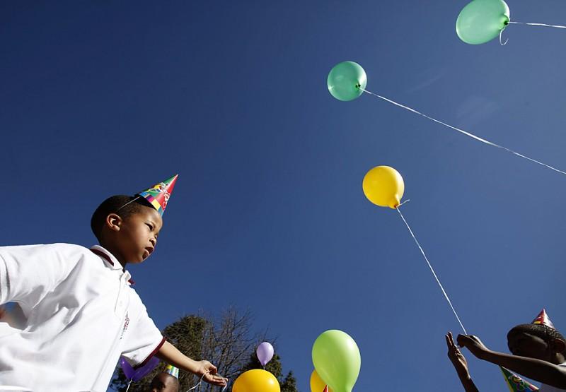 11) Дети собрались в Йоханнесбурге, чтобы посадить дерево на мероприятии, организованном городским департаментом парков в честь празднования 91-го дня рождения бывшего президента страны, Нельсона Манделы. (Denis Farrell/Associated Press)