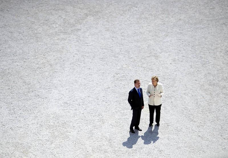 """13) Немецкий канцлер Ангела Меркель приветствует президента России Дмитрия Медведева в дворце Шляйсхайм в Мюнхене, где в четверг прошел очередной форум """"Петербургский диалог"""". (Guido Bergmann/Reuters)"""