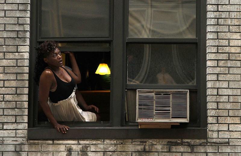 14) Женщина выглядывает из окна, чтобы увидеть выступление Пола Маккартни, проходящее внизу по улице на крыше театра Эд Салливана в Нью-Йорке. (Mike Segar/Reuters)