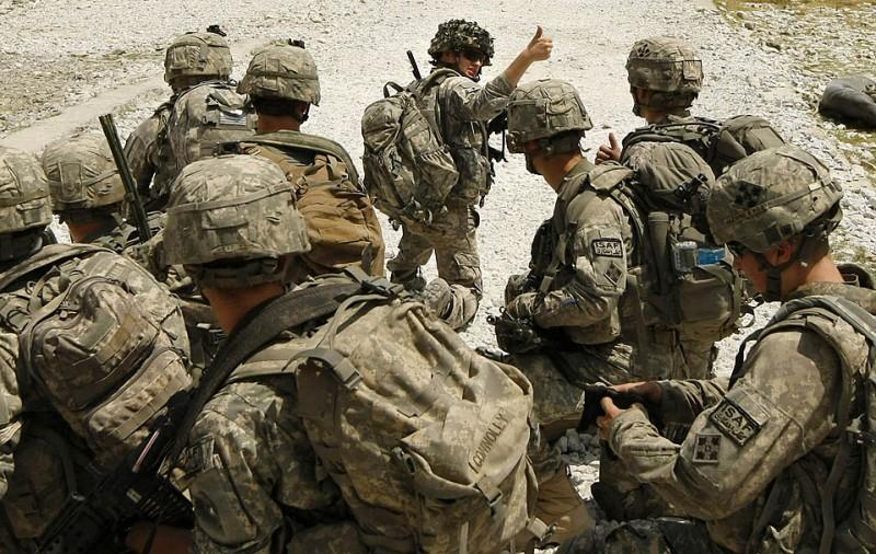 1) Первый лейтенант Фио Рито подает знак своим товарищам во время посадки вертолета с подкреплением в афганской провинции Кунар. Как сообщают официальные источники, в пятницу от взрывов в провинции Кандагар погибли 12 военных, в числе которых – один британский солдат. (Tim Wimborne/Reuters)