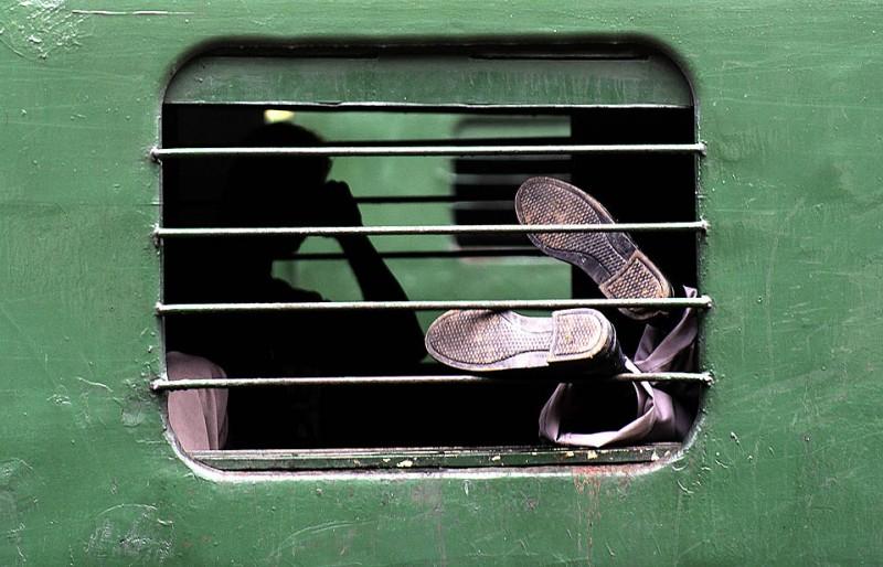 2) Люди отдыхают в вагоне поезда во время забастовки, которая прошла в индийском городе Калькутта по призыву Партии Конгресса. Партия призвала к проведению забастовки после того, как полиция напала на девятерых законодателей партии в штате. (Sucheta Das/Associated Press)