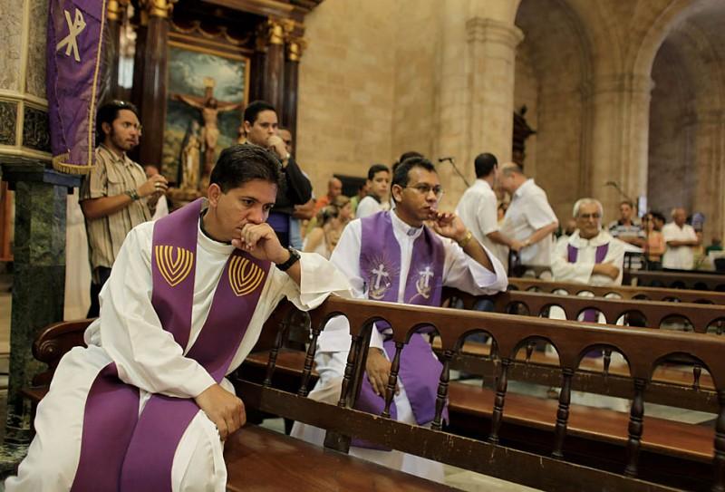 3) В одном из соборов Гаваны священники участвуют в заупокойной службе Его Преподобия Мариано Арройо Мерино, испанца убитого в возрасте 74 лет. Представители церкви утверждают, что подозреваемый сознался в убийстве священнослужителя, однако не объяснил, какие мотивы побудили его сделать это. Отец Мерино стал вторым священником, который был убит на Кубе в течение последних пяти месяцев. (Javier Galeano/Associated Press)
