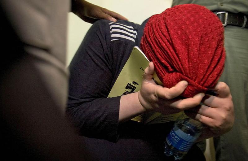 9) Судья в Иерусалиме освободил ультра-ортодоксальную еврейку, которая обвинялась в том, что морила голодом своего ребенка, при условии, что женщина пройдет психиатрическую экспертизу. Арест женщины вызвал протесты религиозных демонстрантов, которые продолжались несколько дней. Изолированные ультра-ортодоксальные еврейские общины не приемлют внешнего вмешательства в свои дела. (Sebastian Scheiner/Associated Press)