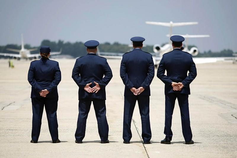 11) Представители ВВС США на Военно-воздушной Базе Эндрюс в Мэриленде в ожидании Борта номер Один, который перевозит президента США Барака Обаму. Это был один из этапов путешествия Барака Обамы в Нью-Джерси и Нью-Йорк. (Kevin Lamarque/Reuters)