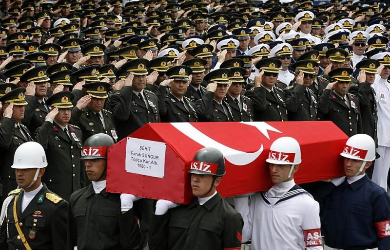 14) Солдаты несут гроб полковника Фарука Сунгура, командира турецких сил НАТО в Афганистане, во время церемонии в столицы Турции Анкаре. Полковник Сунгур был одним из двух турецких военных, погибших в автомобильной аварии в Афганистане. (Umit Bektas/Reuters)