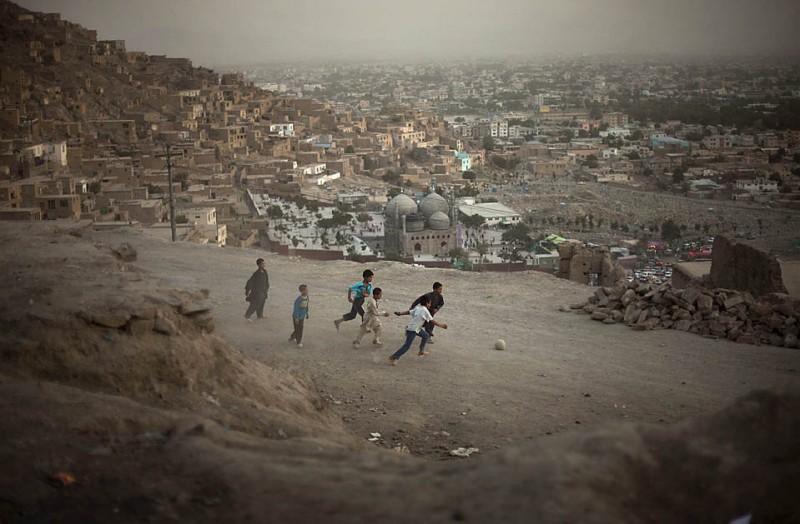 15) Дети играют в футбол на одной из улиц афганской столицы в пятницу. (Emilio Morenatti/Associated Press)