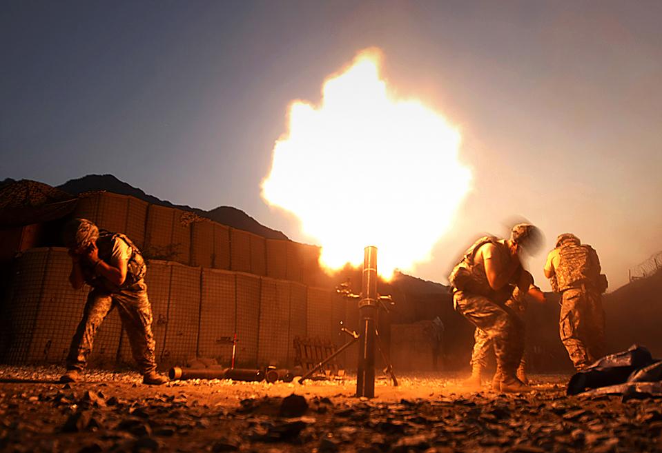 ) Минометная команда во время залпа из миномета в афганской провинции Кунар. (Tim Wimborne/Reuters)