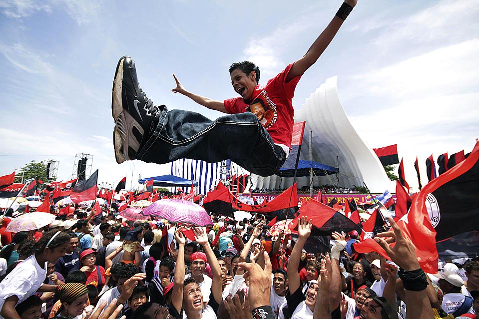 ) В никарагуанском городе Манагуа проходят торжества по случаю 30-й годовщины Сандинистской революции, которая свергла диктатуру Сомосы в 1979 году. (Miguel Alvarez/Associated Press)