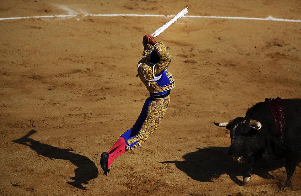 """) 11-летний франко-мексиканский тореадор Мишель Лагравер, известный как """"Мишелито"""", во время боя быков в Тихуане, Мексика. (Guillermo Arias/Associated Press)"""