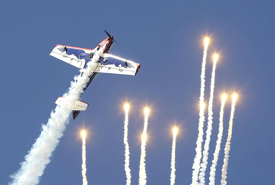 """) Самолет Alpi Pioneer 300 итальянской аэробатической команды """"Pioneer Team"""" во время воздушного представления на пляже Самил в испанском городе Виго. (Miguel Vidal/Reuters)"""