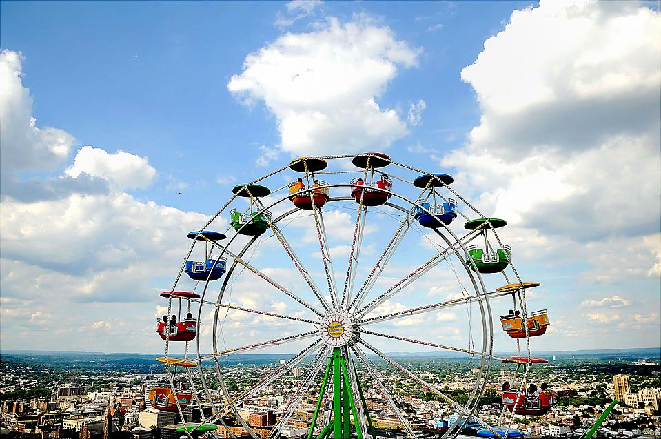 ) Слева, чертово колесо на ярмарке в Пассаик Каунти, штат Нью-Джерси. (Tyson Trish/Bergen Record via Associated Press)