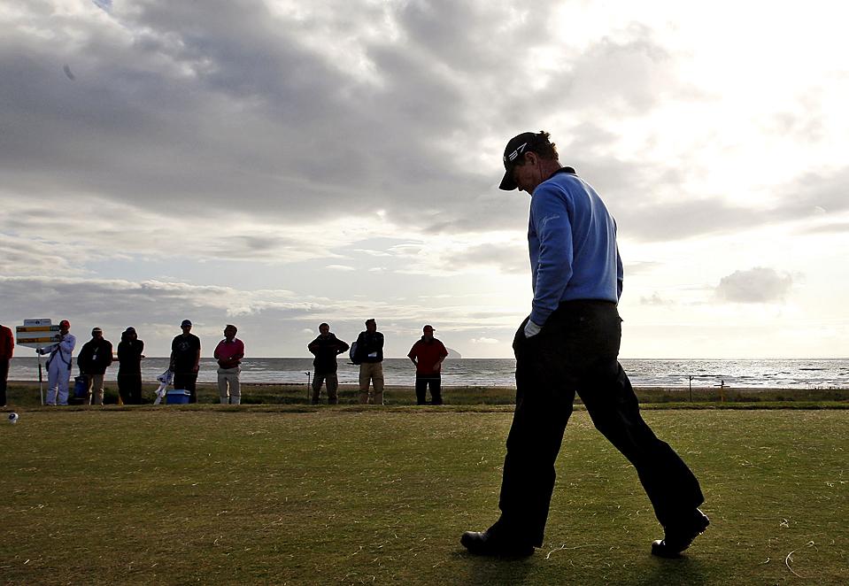 ) Том Уотсон, из США, ждет на пятой метке для меча во время плейофа со Стюартом Синком, из США, в заключительном туре Британского Открытого чемпионата гольфа в Шотландии. Игру выиграл Стюарт Синк (Jon Super/Associated Press)