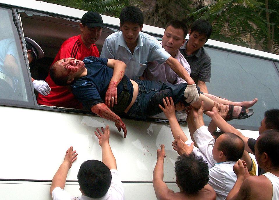 2) Раненого пассажира вытаскивают из микроавтобуса, который разбился недалеко от города Лингбао в китайской провинции Хэнань. В этой аварии девять человек погибли и 15 получили ранения. Согласно полицейской статистике, более чем 70 тысяч человек погибли в прошлом году в дорожно-транспортных происшествиях в Китае. (Agence France-Presse/Getty Images)
