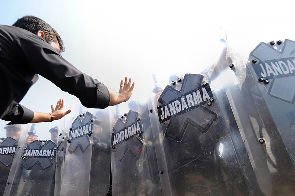 """3) Собравшиеся у здания суда в турецком городе Силиври участники акции протеста скандируют: """"Патриоты в тюрьме"""". Два генерала в отставке предстали перед судом по обвинению в заговоре против премьер-министра Турции Тайипа Эрдогана. Кроме того, по этому делу были привлечены к суду пятьдесят четыре других военных. (Mustafa Ozer/Agence France-Presse/Getty Images)"""
