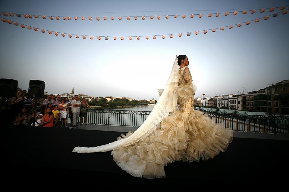 10) Модель представляет платье для фламенко от Luchi Cabrera во время  показа фламенко моды на мосту Триана в Севилье. (Marcelo del Pozo/Reuters)