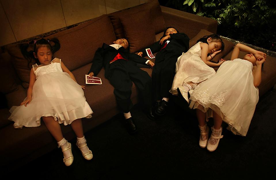 11) Маленькие модели отдыхают перед началом показа свадебных нарядов в Тайбэе. (Wally Santana/Associated Press)
