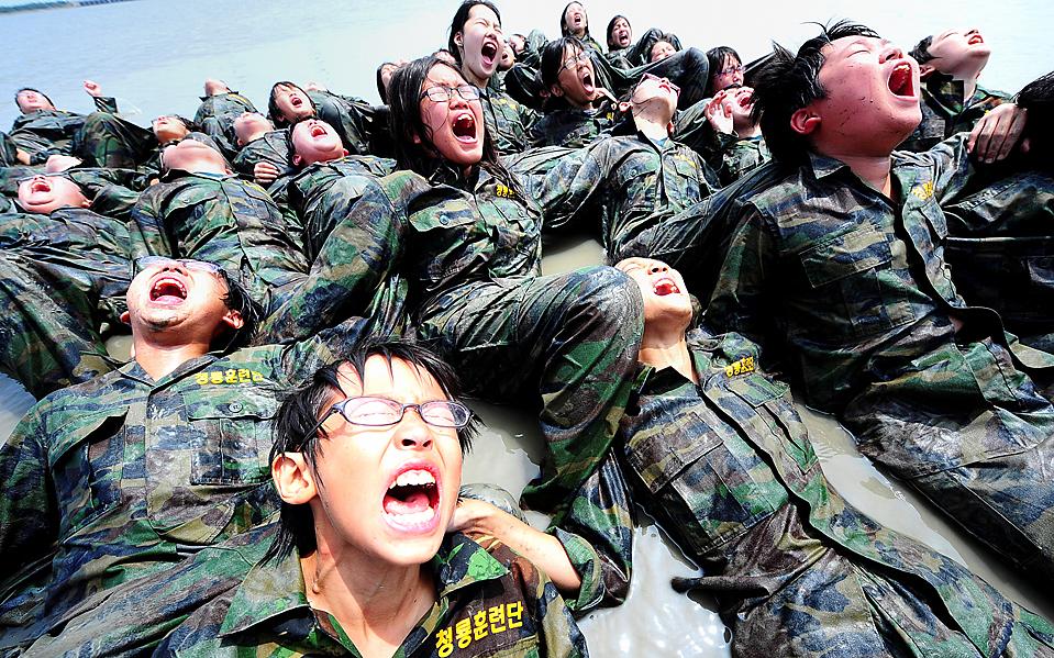 12) Ученики южнокорейской начальной школы кричат, лежа в воде, во время упражнений в учебном лагере для школьников на южнокорейском острове Daebu. Школьники прошли трехдневную программу лагеря, в качестве способа психического и физического укрепления. (Yonhap News/Associated Press)