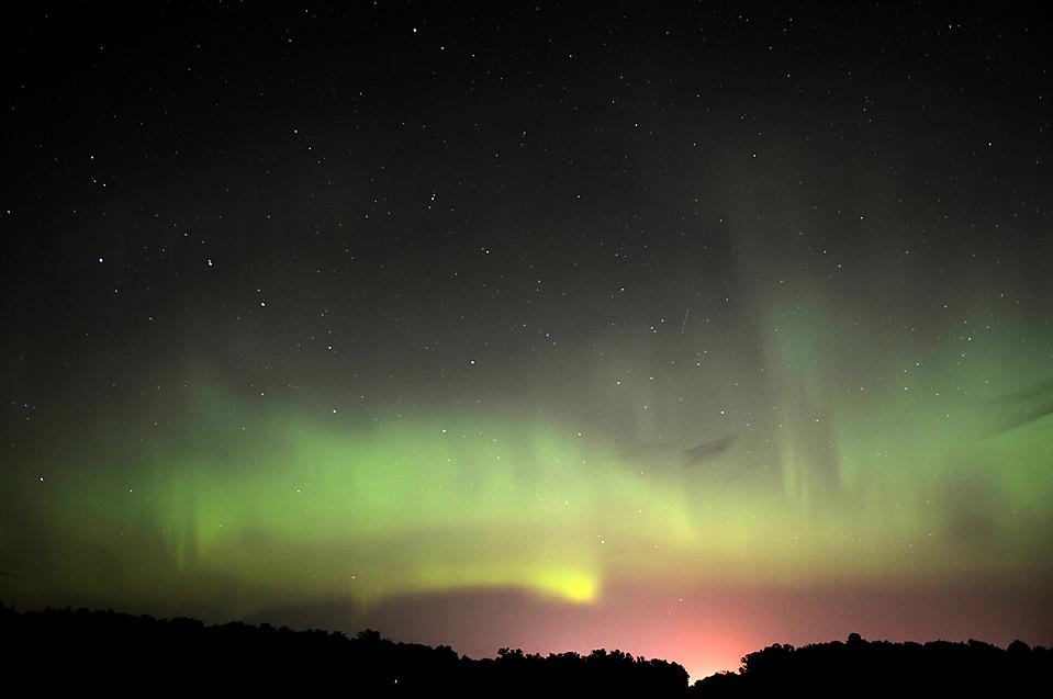 14) Полярное сияние в небе над городом Бемиджи, штат Миннесота ранним утром. (Eric Stromgren/Bemidji Pioneer via Associated Press)