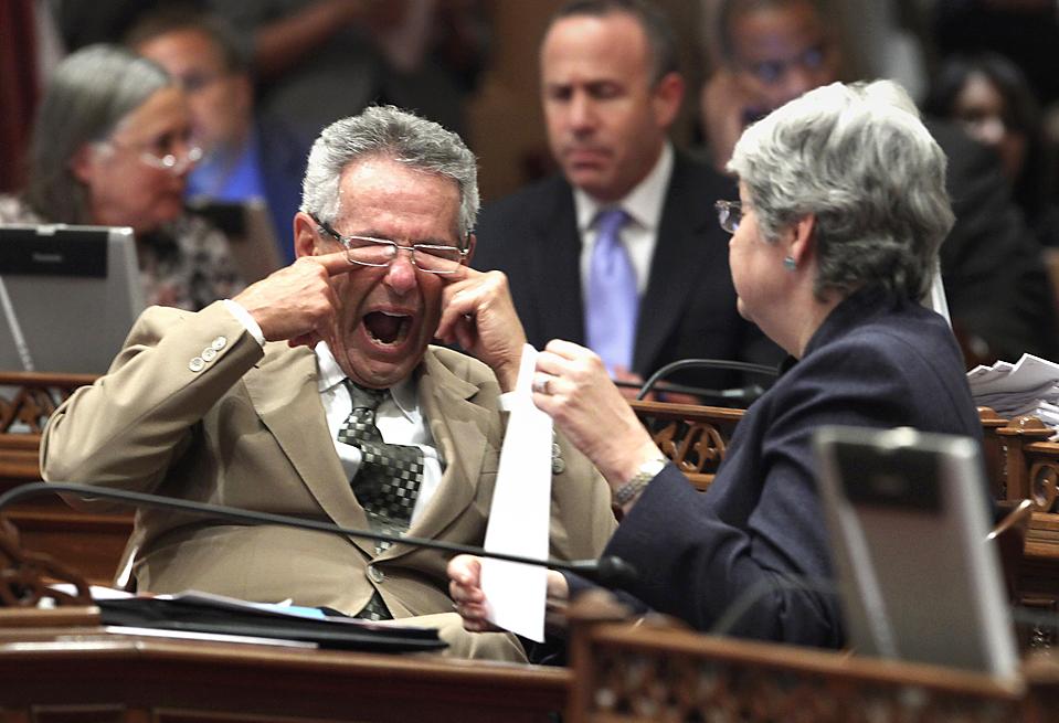 3) Сенатор от штата Калифорния Алан Лоуентал (Alan Lowenthal) (трет глаза) и Кристина Киоу (Christine Kehoe) рано утром в Капитолии в Сакраменто. Сенат штата утвердил план по закрытию дефицита бюджета штата на сумму $ 26 млрд., однако эти билли все еще обсуждаются в Ассамблее. (Rich Pedroncelli/Associated Press)