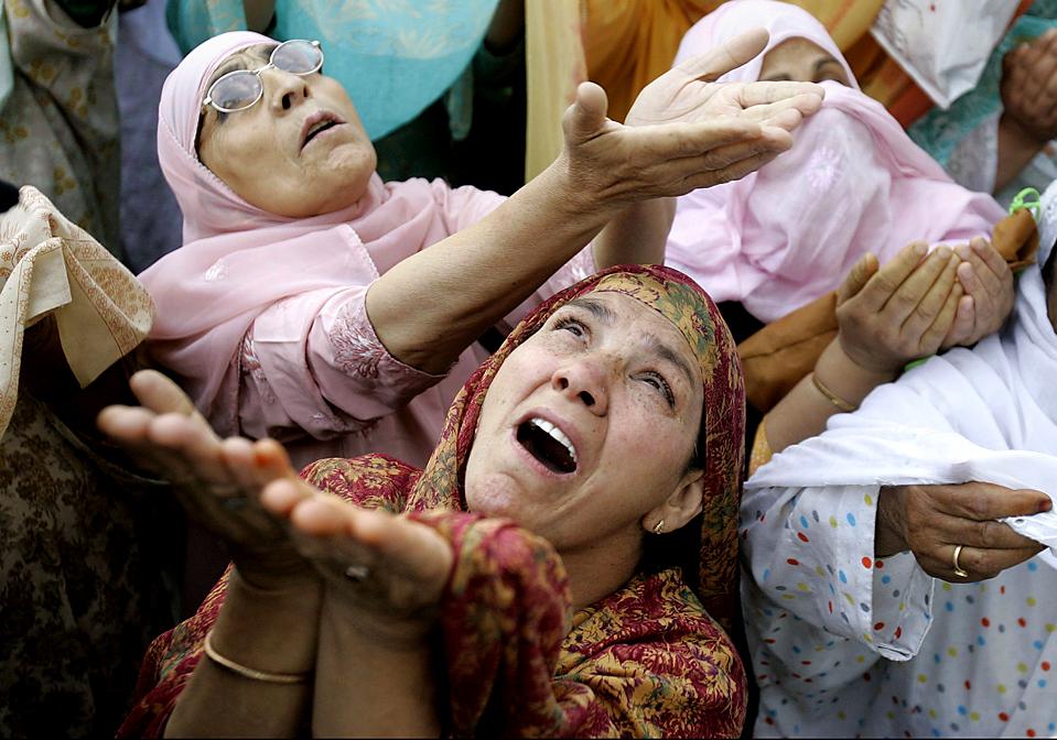 5) Кашмирские мусульмане молятся у мечети Хазратбал в индийском городе Сринагар. Есть легенда, которая, как полагают много мусульман Индии, и есть правда - мечеть построена, как хранилище волоса пророка Мухаммеда. (Mukhtar Khan/Associated Press)