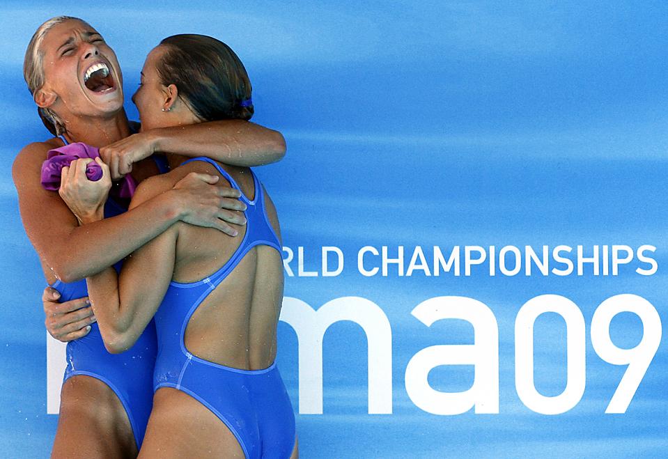 6) Итальянки Таня Каньотто, справа, и Франческа Даллапе радуются своей победе в соревнованиях по синхронным прыжкам с трамплина на Чемпионате мира по водным видам спорта FINA в Риме в пятницу. Девушки завоевали серебро. (Michael Sohn/Associated Press)