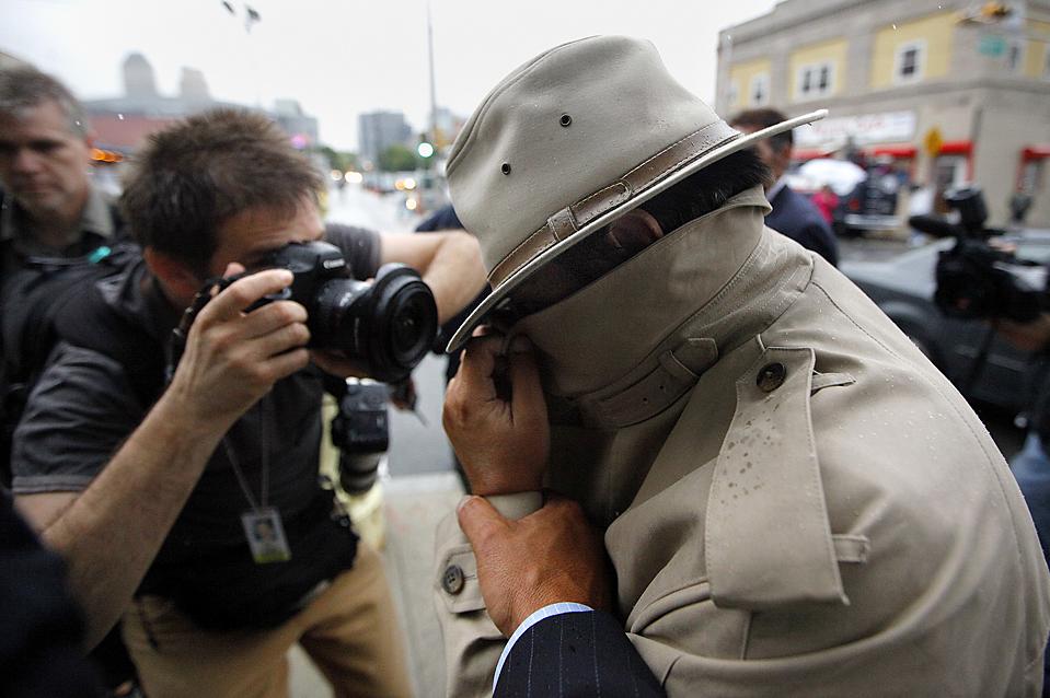 9) Мужчина, идентифицированный как член законодательного собрания Нью-Джерси Даниэль Ван Пелт, закрывает лицо при выходе из здания федерального суда в Ньюарке, штат Нью-Джерси, в четверг. Г-н Ван Пелт – один из более чем 40 человек, арестованных в прошлый четверг в штате Нью-Джерси по подозрению в участии в федеральной коррупции и отмывании денег. (Chip East/Reuters)