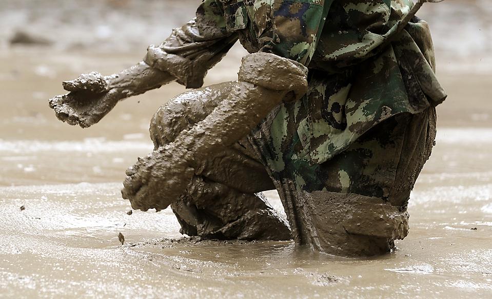 14) Один из спасателей во время поисков жертв оползня в китайском городе Кангдинг, провинция Сычуань. 600 спасателей совместными усилиями пытались найти 53 человека пропавших без вести. По меньшей мере, четыре человека погибли в результате оползня. (Agence France-Presse/Getty Images)